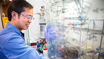 Niankai Fu conducts electrochemical research