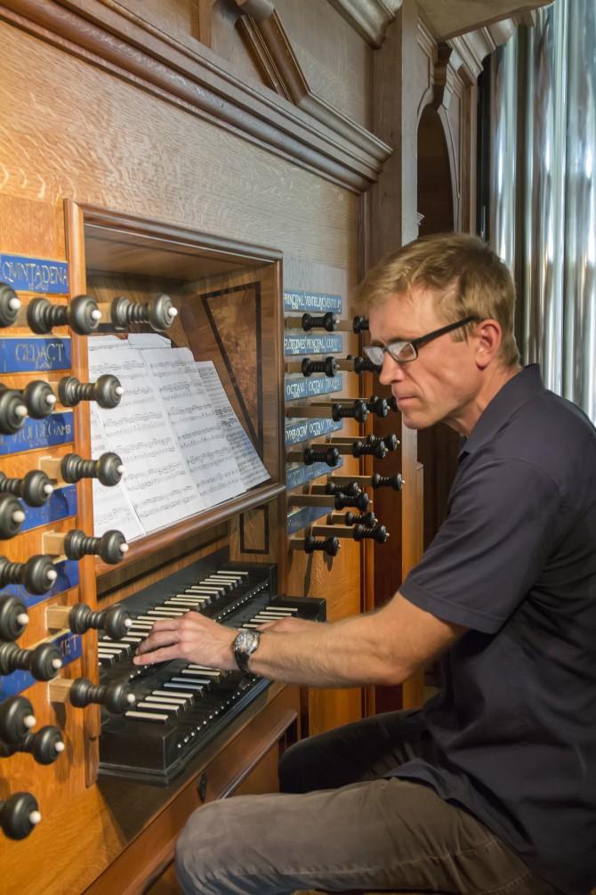person playing organ